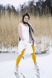 Mujer que desgasta un patín con estilo de la alineada, de la bufanda y de hielo Foto de archivo
