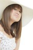 Mujer que desgasta un sombrero con estilo foto de archivo