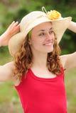 Mujer que desgasta un sombrero de paja Imagen de archivo libre de regalías