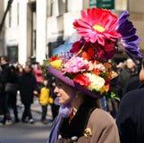 Mujer que desgasta un sombrero encantador durante la Pascua Parad Foto de archivo libre de regalías