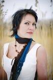 Mujer que desgasta una alineada con estilo y una bufanda al aire libre Fotografía de archivo
