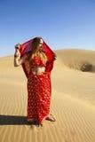 Mujer que desgasta una sari en el desierto. Foto de archivo