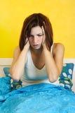 Mujer que despierta después de la pesadilla, manos en la pista fotografía de archivo