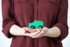 Mujer que detiene a Car In Palm modelo de la mano Imágenes de archivo libres de regalías