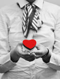 Mujer que detiene el corazón rojo, cierre foto de archivo libre de regalías