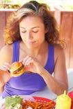 Mujer que detiene a Mini Burger Foto de archivo libre de regalías