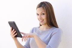 Mujer que detiene a un lector de la tableta Imagenes de archivo