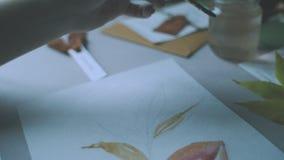 Mujer que dibuja la flor colorida en la visión aérea almacen de video