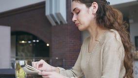 Mujer que dibuja un bosquejo en el café metrajes