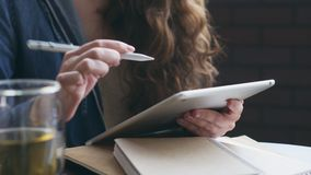 Mujer que dibuja un bosquejo en la tableta gráfica metrajes