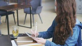 Mujer que dibuja un bosquejo en la tableta gráfica almacen de video