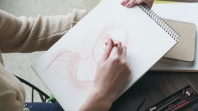 Mujer que dibuja un bosquejo humano almacen de video
