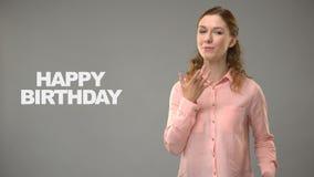 Mujer que dice feliz cumpleaños en asl, texto en el fondo, comunicación para sordo almacen de video