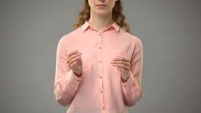 Mujer que dice a Jesús en el lenguaje de signos, mostrando palabras en la lección del asl, comunicación almacen de metraje de vídeo