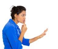 Mujer que dice silencio, shh Fotografía de archivo