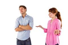 Mujer que discute con el hombre indiferente Foto de archivo