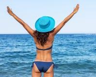Mujer que disfruta de día de verano caliente en una playa fotos de archivo