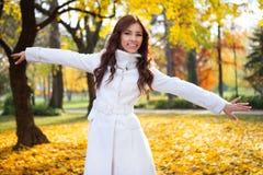 Mujer que disfruta de día del otoño Imágenes de archivo libres de regalías