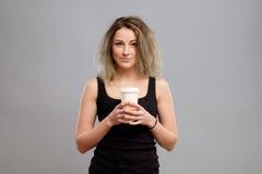 Mujer que disfruta de la bebida caliente en taza de papel disponible Fotos de archivo libres de regalías