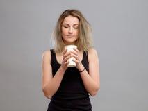 Mujer que disfruta de la bebida caliente en taza de papel disponible Imagenes de archivo