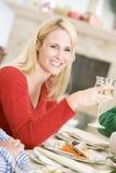 Mujer que disfruta de la cena de la Navidad fotografía de archivo