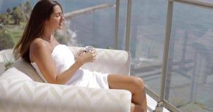 Mujer que disfruta de la luz tropical en terraza metrajes