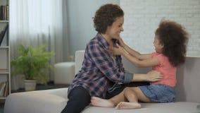 Mujer que disfruta de la maternidad que juega con su niño querido, atmósfera acogedora de la familia almacen de video