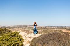 Mujer que disfruta de la naturaleza Foto de archivo libre de regalías