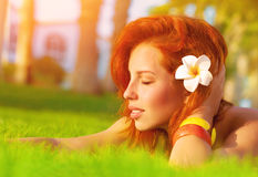 Mujer que disfruta de la naturaleza del verano Foto de archivo