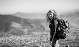 Mujer que disfruta de la naturaleza en hacer excursionismo viaje en las montañas Foto de archivo