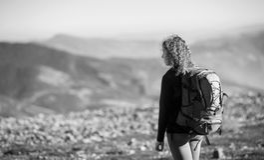 Mujer que disfruta de la naturaleza en hacer excursionismo viaje en las montañas Fotografía de archivo libre de regalías