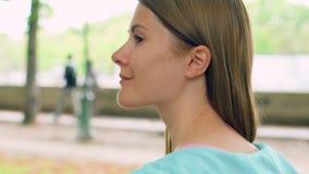 Mujer que disfruta de la relajación de la naturaleza al aire libre El caminar en parque verde solamente Concepto de la soledad de almacen de metraje de vídeo