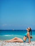 Mujer que disfruta de la sol en la playa Imagen de archivo libre de regalías
