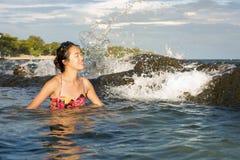 Mujer que disfruta de la sol pasada en agua Imágenes de archivo libres de regalías