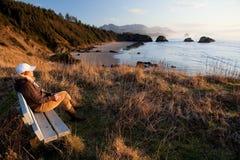 Mujer que disfruta de la visión en la costa de Oregon imagenes de archivo