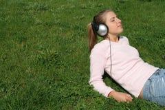 Mujer que disfruta de música Imagen de archivo libre de regalías