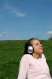 Mujer que disfruta de música Fotos de archivo libres de regalías