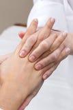 Mujer que disfruta de masaje de la mano en el balneario de la belleza Foto de archivo libre de regalías