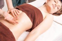 Mujer que disfruta de masaje del aceite de Ayurveda en balneario Imagen de archivo