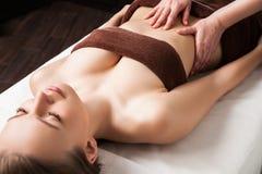 Mujer que disfruta de masaje del aceite de Ayurveda en balneario fotografía de archivo