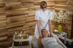 Mujer que disfruta de masaje del cuello en el balneario de lujo Foto de archivo libre de regalías