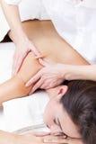 Mujer que disfruta de masaje del hombro en el balneario de la belleza Imagenes de archivo