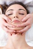 Mujer que disfruta de masaje en el balneario de la belleza Fotos de archivo libres de regalías