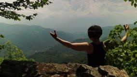 Mujer que disfruta de paisaje de la montaña metrajes