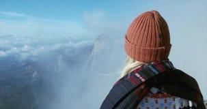 Mujer que disfruta de paisaje en montañas sobre concepto de la forma de vida del viaje de las nubes almacen de video