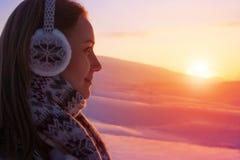 Mujer que disfruta de puesta del sol hermosa Fotos de archivo libres de regalías