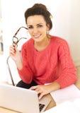 Mujer que disfruta de su trabajo como Freelancer Imágenes de archivo libres de regalías