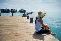Mujer que disfruta de sus vacaciones en la playa imágenes de archivo libres de regalías