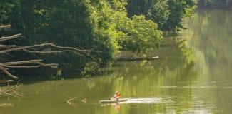 Mujer que disfruta de un día en el río de Roanoke Foto de archivo