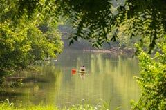 Mujer que disfruta de un día de pesca para la perca canadiense Fotos de archivo